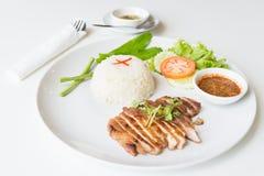 Cerdo asado a la parrilla con arroz frito del ajo Foto de archivo