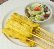 Cerdo asado a la parrilla delicioso Satay servido con la ensalada del pepino Fotos de archivo libres de regalías