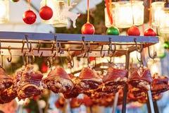 Cerdo asado a la parrilla en un mercado parisiense de la Navidad Fotografía de archivo libre de regalías
