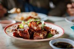 Cerdo asado tailandés con la salsa en la tabla con el departamento bajo de la escena del campo Imagen de archivo