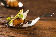 Cerdo caramelizado acompañado por el arroz del jazmín y el curry rojo en una cuchara Foto de archivo libre de regalías