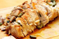 Cerdo cocido relleno con las zanahorias y los pepinos Fotografía de archivo