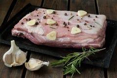 Cerdo con ajo, pimienta y romero fotos de archivo libres de regalías
