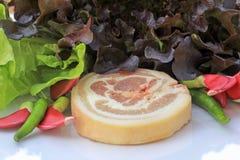 Cerdo crudo en tabla de cortar y verduras Fotografía de archivo libre de regalías