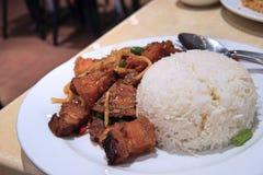 Cerdo curruscante encendido agitación con arroz Imagenes de archivo