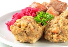 Cerdo de carne asada con las bolas de masa hervida tirolesas y el kraut rojo Fotografía de archivo libre de regalías