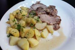 Cerdo de carne asada con las patatas Imágenes de archivo libres de regalías