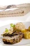 Cerdo de carne asada con las patatas y la coliflor fritas Imagen de archivo