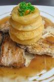 Cerdo de carne asada en salsa de seta con el anillo de cebolla Imagen de archivo libre de regalías