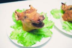 Cerdo de lactancia asado a la parrilla en una placa en restaurante del banquete fotos de archivo libres de regalías