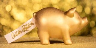 Cerdo de oro con el texto alemán que significa Feliz Año Nuevo Imagen de archivo libre de regalías