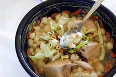Cerdo de Pozole y sopa mexicanos del maíz de la sémola de maíz Imagen de archivo