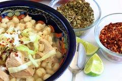 Cerdo de Pozole y sopa mexicanos del maíz de la sémola de maíz Imagen de archivo libre de regalías