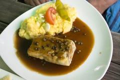 Cerdo del filete y salsa de la salsa con la mezcla y el puré de patata vegetales hervidos Fotografía de archivo