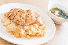 cerdo del teriyaki en el arroz rematado con la sopa de miso Fotografía de archivo libre de regalías