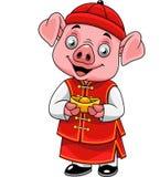 Cerdo feliz de la historieta pequeño con el traje chino tradicional que sostiene el lingote de oro stock de ilustración