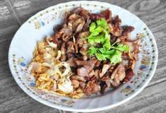 Cerdo frito con el ajo y la pimienta, comida tailandesa Imagenes de archivo