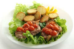 Cerdo frito con el tomate y la patata Foto de archivo