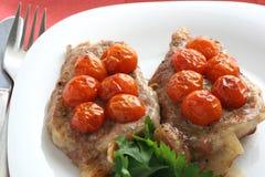 Cerdo frito con la cereza del tomate Fotos de archivo