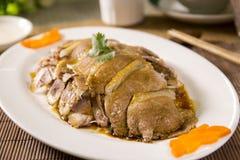 Cerdo frito cortado del estilo chino en la placa blanca Fotos de archivo