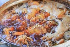 Cerdo hervido y sopa que cocinan para la comida y el plato principal del crusine tailandés y chino Imágenes de archivo libres de regalías
