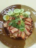 Cerdo rojo asado a la parilla en salsa con arroz Imagen de archivo