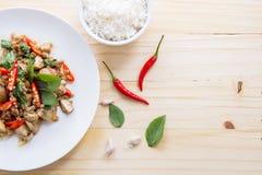 Cerdo salado con el chile y hojas y arroz de la albahaca Fotografía de archivo libre de regalías