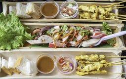 Cerdo Satay con leche de coco y camarón picante con las verduras en bambú fotos de archivo libres de regalías
