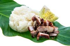 Cerdo tailandés del Bbq del estilo y arroz pegajoso en el fondo blanco Fotografía de archivo