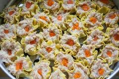 Cerdo y cangrejo chinos con las bolas de masa hervida saladas del huevo antes del vapor foto de archivo