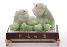 Cerdo y piggys chinos del jade Foto de archivo
