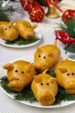 Cerdos de los bollos 'por el Año Nuevo 2019 Hornada hecha en casa imagen de archivo libre de regalías