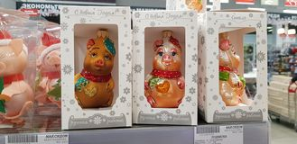 Cerdos del recuerdo, el símbolo del Año Nuevo en venta en la tienda foto de archivo