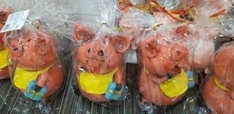 Cerdos del recuerdo, el símbolo del Año Nuevo en venta en la tienda fotografía de archivo libre de regalías
