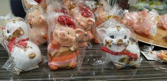 Cerdos del recuerdo, el símbolo del Año Nuevo en venta en la tienda foto de archivo libre de regalías