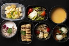 Cereais, bagas frescas, frutas e legumes em uns recipientes de alimento do eco, vista superior fotos de stock