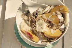 Cereais e fruto de café da manhã na madeira branca Fotografia de Stock Royalty Free