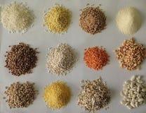 Cereais e grão em um fundo branco fotografia de stock