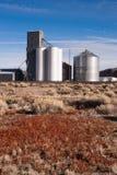 Cereal agrícola de elevador de grão das trilhas de estrada de ferro da exploração agrícola do silo Foto de Stock Royalty Free
