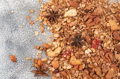 Cereal caseiro orgânico do Granola com aveia, amêndoa, anis e cin Foto de Stock