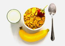 Cereal com leite e banana e morango no fundo branco fotografia de stock royalty free