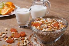 Cereal con los albaricoques de las pasas, nuts y secado Fotografía de archivo libre de regalías