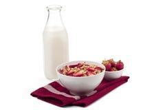 Cereal con sabor a fruta con leche Imagenes de archivo