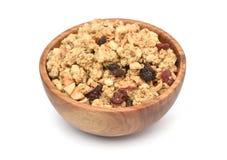 Cereal crujiente del granola de la avena con las frutas secadas en cuenco de madera fotografía de archivo libre de regalías
