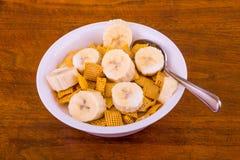 Cereal crujiente del maíz con los plátanos y la leche Fotos de archivo libres de regalías