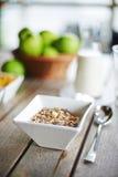 Cereal da aveia com leite fresco e as maçãs verdes Fotos de Stock