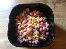 cereal da manhã em uma bacia preta Fotos de Stock