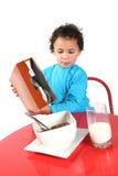 Cereal de desayuno de colada del niño pequeño Foto de archivo