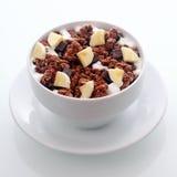 Cereal de desayuno del chocolate con el plátano fresco cortado en cuadritos Imagen de archivo