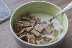 Cereal de desayuno sobre el cuenco de cerámica Fotografía de archivo libre de regalías